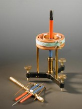 Készülék áram körül forgó mágnes bemutatására